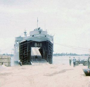 54 LST-848 unloading Chulai 1965_1